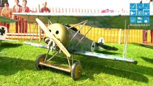 제 XNUMX 차 세계 대전 DAWN PATROL에서 편대를 비행하는 원격 조종 복엽기